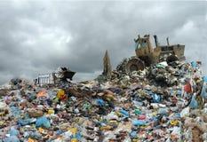 Camion à ordures déchargeant à la décharge Image libre de droits