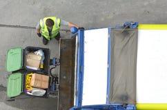 Camion à ordures de chargement d'homme de déchets image stock