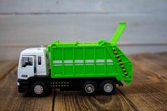 Camion à ordures de vert de jouet du ` s d'enfants photo libre de droits