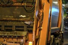 Camion à ordures la nuit à Moscou photographie stock libre de droits