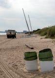 Camion à ordures sur la plage images stock