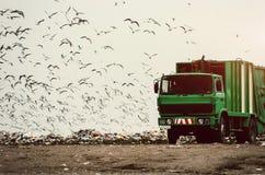 Camion à ordures sur une décharge image stock