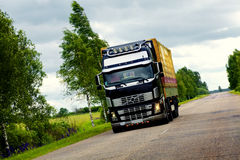 Camion énorme sur la route Image stock