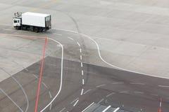Camion, aérodrome et inscriptions sur le tablier Image libre de droits