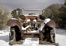 Camion abandonné dans la neige de désert Photos stock