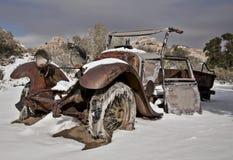 Camion abandonné dans la neige de désert Images libres de droits