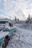 Camion abandonné dans le domaine de neige Photographie stock