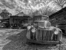 Camion abandonn? et rouill?, en dehors d'une ville fant?me Murrayville, GA images stock