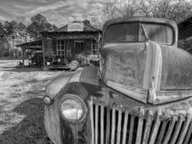 Camion abandonn? et rouill?, en dehors d'une ville fant?me Murrayville, GA photos libres de droits