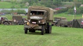Camion américain militaire de la deuxième guerre mondiale de Cckw banque de vidéos