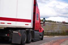 Camion americano dei semi del grande impianto di perforazione moderno rosso con il rimorchio asciutto di van semi Immagini Stock