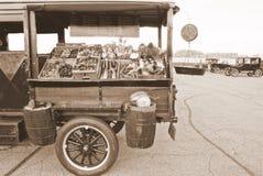 Camion antico di vendita dei prodotti Fotografia Stock