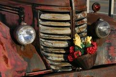 Camion antique avec les fleurs sèches Photo stock