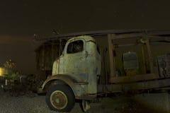 Camion antique devant la grange abandonnée Photographie stock