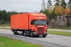 Camion arancio Autumn Haul del carico di TNT di Scania R400 immagini stock libere da diritti