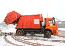 Camion arancio della raccolta dei rifiuti Fotografia Stock