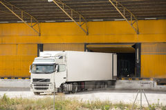 Camion au bâtiment d'entrepôt Photos libres de droits