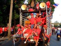 Camion avec des protestataires dans des chemises rouges Thaïlande Image stock