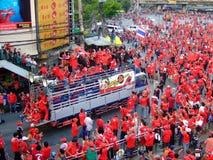 Camion avec des protestataires dans la démonstration rouge de chemises Photographie stock