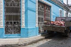 Camion avec des saucisses dans le ¼ de Camagà ey, Cuba Photos libres de droits