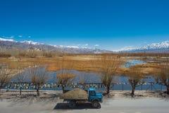 Camion avec des vues de gamme de lac et de montagne photographie stock libre de droits