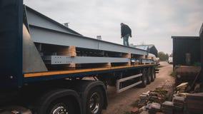 Camion avec la charge de construction lourde images libres de droits