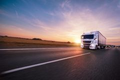 Camion avec le récipient sur la route, concept de transport de cargaison photographie stock libre de droits