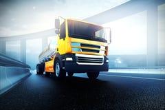 Camion avec le réservoir d'huile sur la route de route goudronnée photographie stock libre de droits