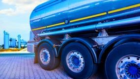Camion avec le réservoir de carburant,