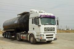 Camion avec un réservoir pour le transport des produits pétroliers images stock
