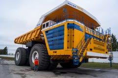 Camion BelAZ con l'uomo per la scala Fotografie Stock Libere da Diritti