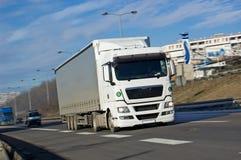 Camion bianco che guida velocemente Fotografia Stock Libera da Diritti