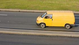 Camion in bianco giallo del furgone di consegna Immagini Stock Libere da Diritti