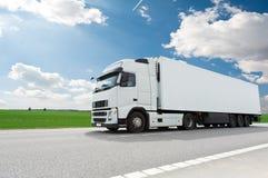Camion blanc avec la remorque au-dessus du ciel bleu Photo libre de droits
