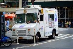 Camion blanc de crème glacée à New York City Photo stock