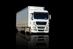 Camion blanc réfléchissant sur le noir Photographie stock libre de droits