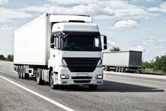 Camion blanc sur la route Transport de cargaison images libres de droits