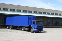 Camion bleu au dock photos libres de droits