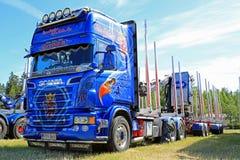 Camion bleu de bois de construction de Scania R620 V8 Photographie stock