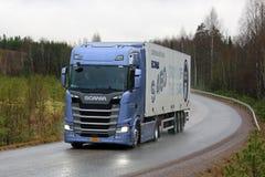 Camion bleu de génération semi prochaine de Scania S450 sur la route Photographie stock