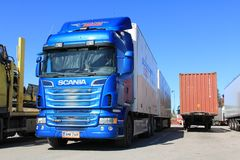Camion bleu R620 de Scania et remorque Photos stock