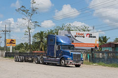 Camion bleu sur la route 32 chez Puerto Limon, Costa Rica Photographie stock
