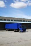 Camion blu al bacino Immagini Stock Libere da Diritti