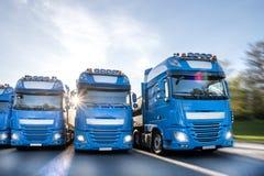 Camion blu che accelerano nella linea comporre fotografie stock libere da diritti