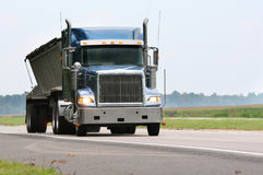 Camion blu del carico fotografia stock libera da diritti
