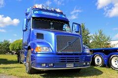 Camion blu di Volvo NH12 in una manifestazione Immagine Stock