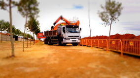 Camion che funziona in un cantiere, effetto del caricatore dello spostamento di inclinazione stock footage
