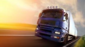 Camion che guida al crepuscolo/sfuocatura di movimento fotografia stock