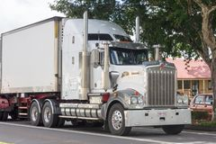 Camion che guida con Childers, Queesland, Australia di Kenworth fotografia stock libera da diritti