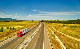 Camion che passa strada principale Immagini Stock